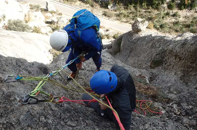 detalle maniobra curso varios largos equipados en escalada