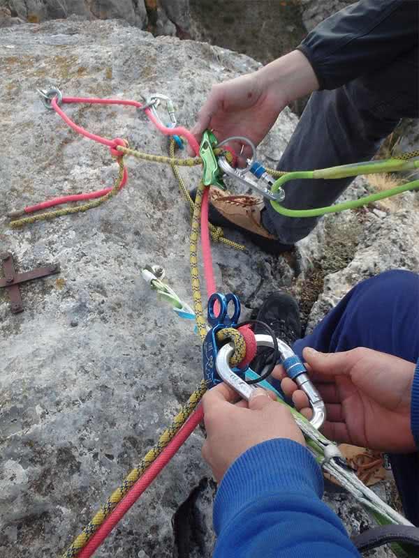detalle maniobra curso varios largos equipados en escalada en calcena