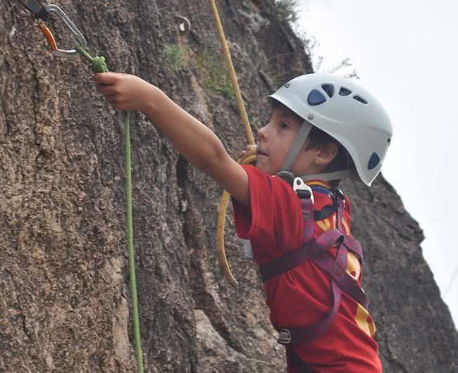 niño escalando en zaragoza